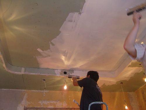 Ремонт в квартире потолок своими руками 32