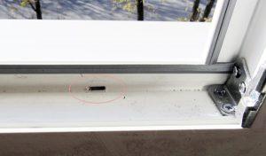 дренажное отверстие пластикового окна